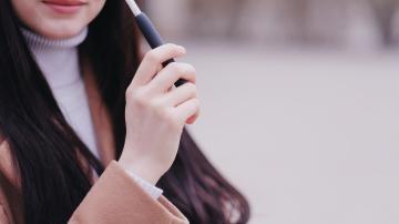 Pessoa fuma o IQOS, cigarro eletrônico da Philip Morris