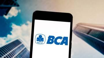 Celular com o logo do Banco Central da Ásia