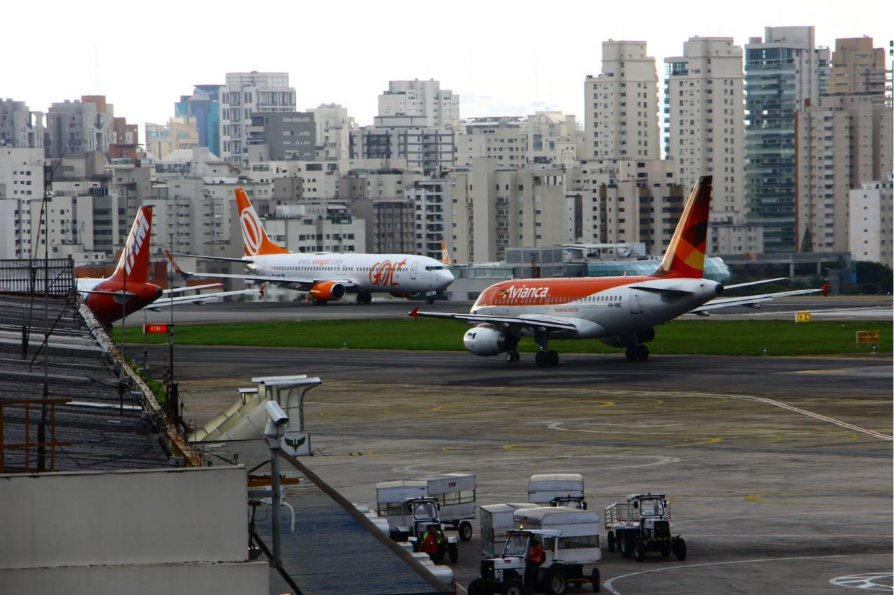 Aviões da Gol e da Avianca no aeroporto de Congonhas, em São Paulo