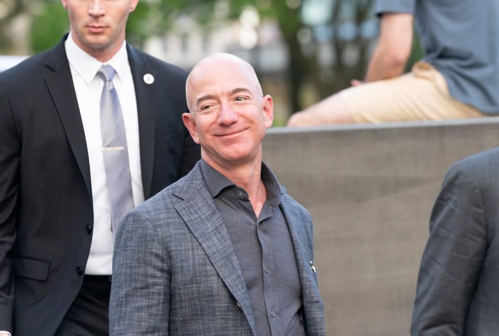 CEO da Amazon, Jeff Bezos, sorrindo para câmera