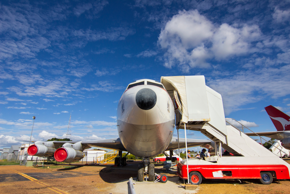 Aeronave estacionada na pista do aeroporto