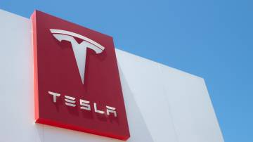 Logo da Tesla em uma das suas lojas