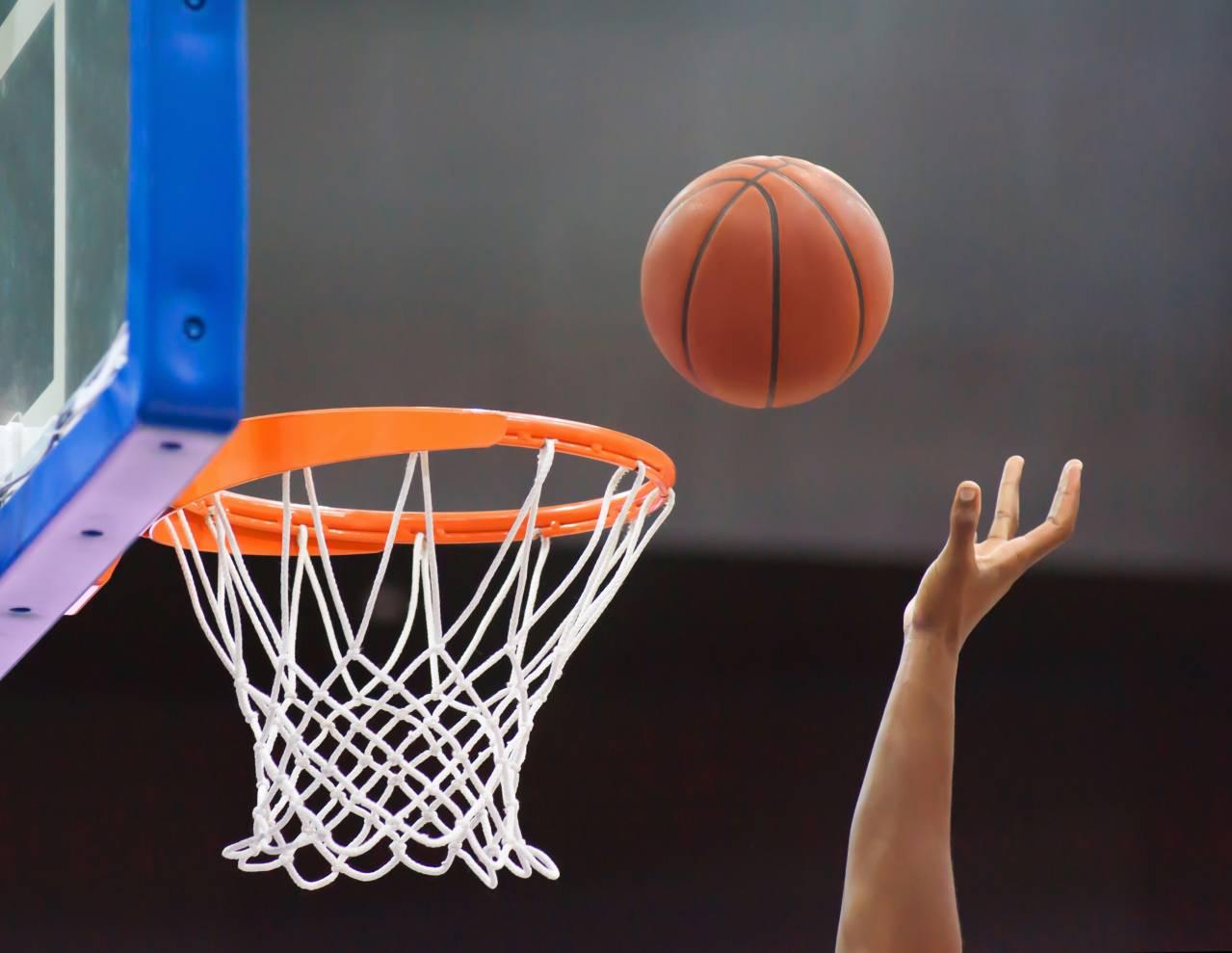 Bola sendo arremessada na cesta de basquete