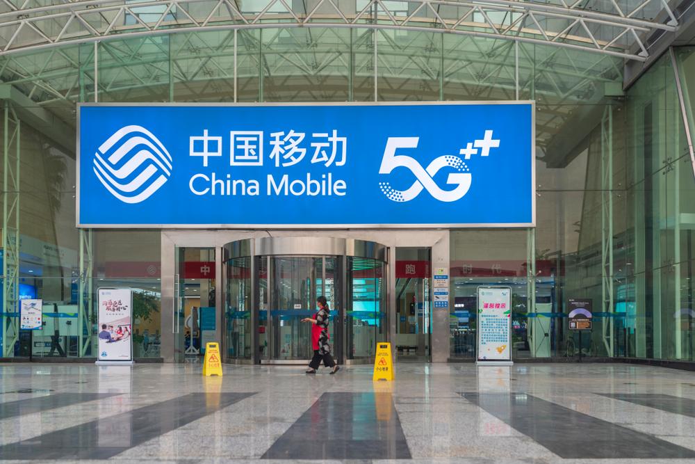 Banner azul da China Mobile oferecendo a nova tecnologia 5G