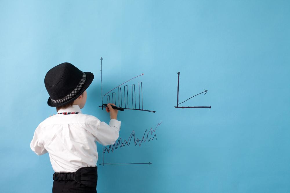 Menino desenhando gráfico
