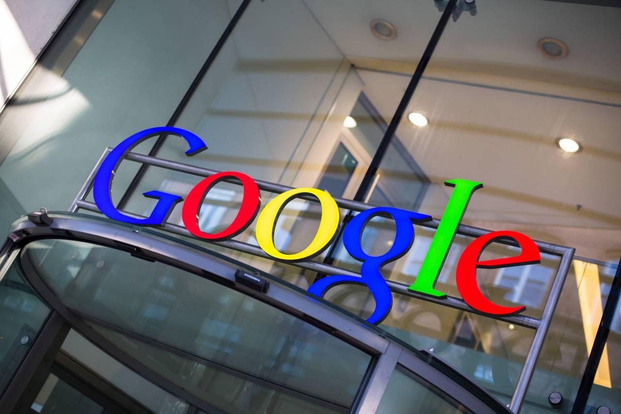 Fachada do prédio do Google, com o logo em destaque