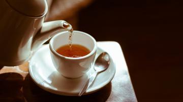 Chá sendo servido em uma xícara