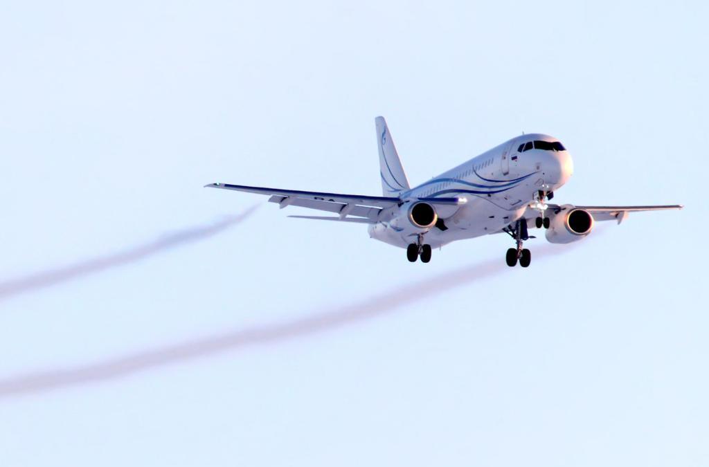 Trilhas de fumaça saindo dos motores de um avião