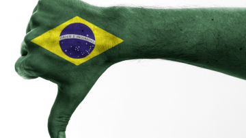 mão com sinal de negativo e bandeira do Brasil