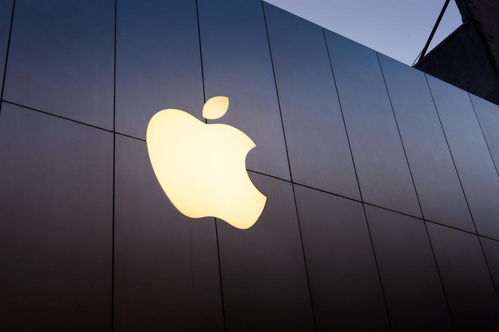 Loja da Apple, com o logo da companhia em um fundo preto