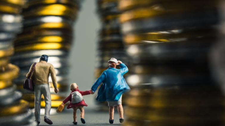 Família em frente à pilha de moedas