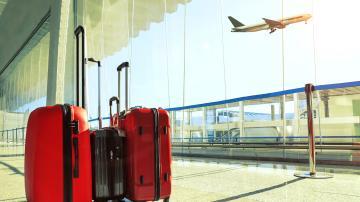 Bagagens vermelhas no terminal de um aeroporto