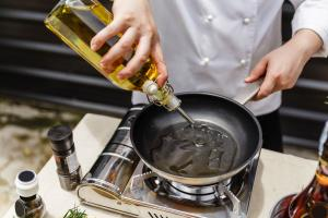 Chefe cozinhando com azeite de oliva