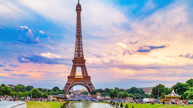 O pôr do sol na Torre Eiffel em Paris, França