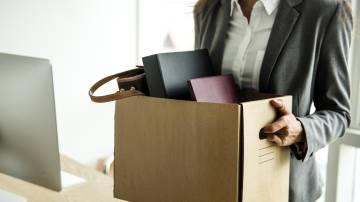 Mulher guardando suas coisas após demissão