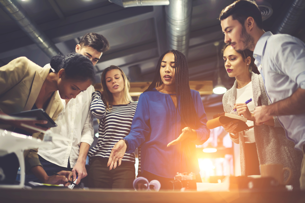 Grupo de jovens trabalhando em conjunto em um projeto