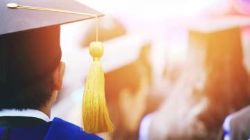 Estudante se formando na faculdade