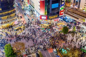 Multidão de pessoas atravessando a rua em Tóquio, Japão
