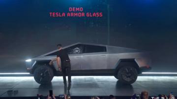 Diretor da Tesla joga bola de metal para testar vidro do novo modelo da companhia