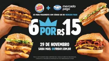 """Peça publicitaria do Burger King, na qual mostra 4 lanches nos cantos da imagen que possui fundo preto com a frase promocional """"6x15 pagando com mercado pago"""" centralizada."""