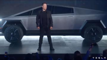 Elon Musk parado em frente ao Cybertruck, nova picape da Tesla