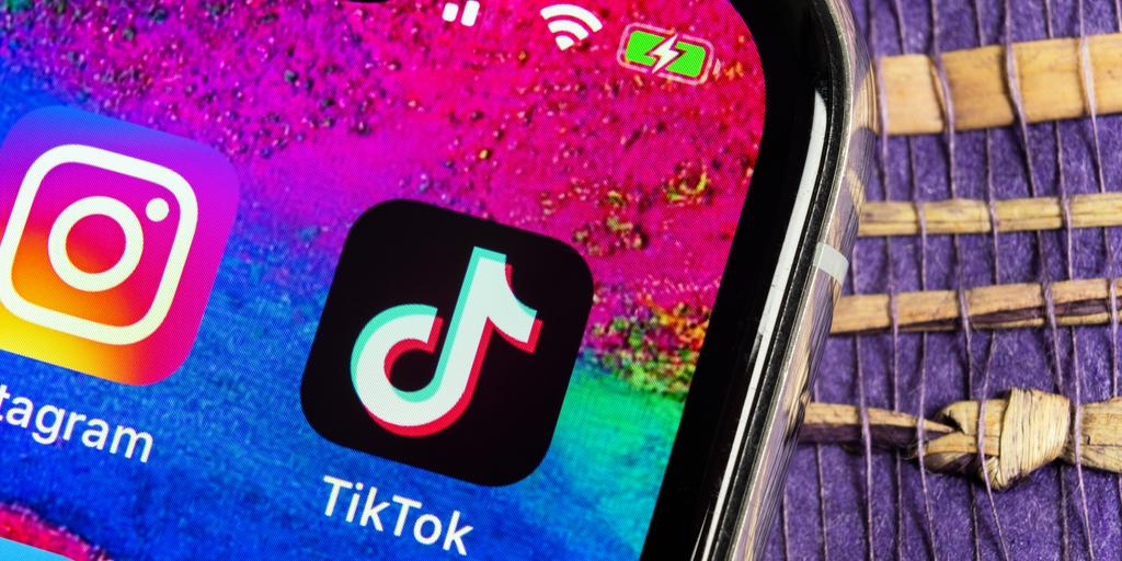 Imagem de tela de celular com os ícones de TikTok e Instagram lado a lado