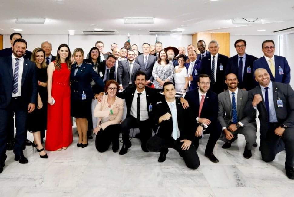 O presidente Jair Bolsonaro posa com aliados no Palácio do Planalto