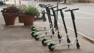 Patinetes elétricos estacionados na calçada