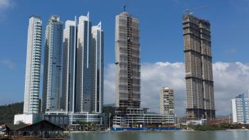 Orla do Balneário Camboriú, com três prédios em construção.