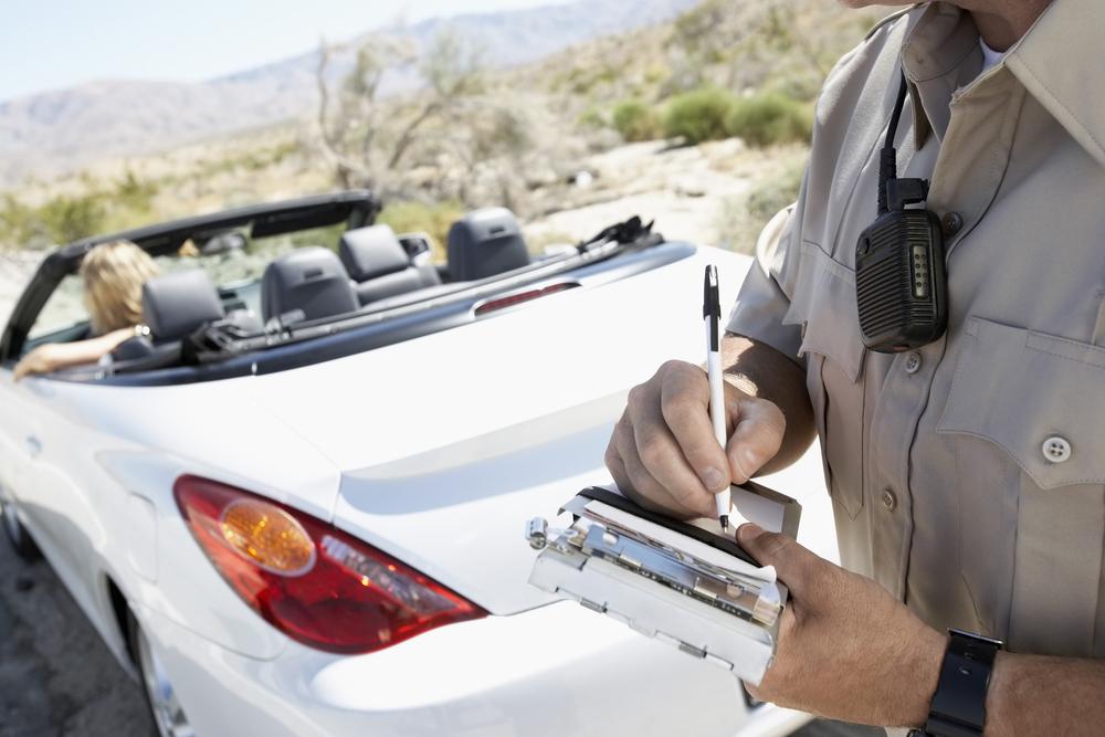 Policial aplicando multa de trânsito