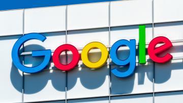 Logo do Google fixado na parte superior de um prédio branco