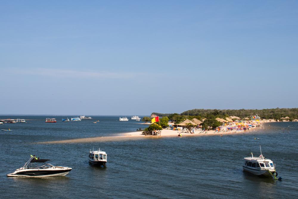 Vários barcos passeando na baia da praia de Alter do Chão, em Santarém, Pará