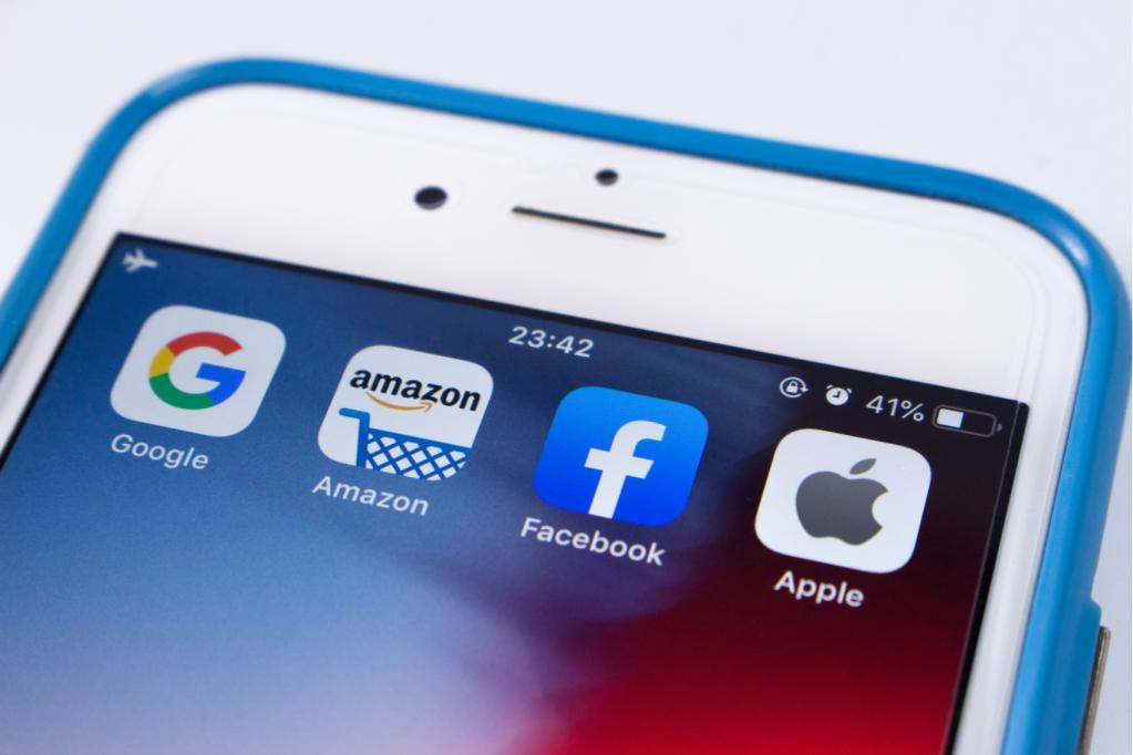 ícones de google, amazon, facebook e apple em uma tela de celular