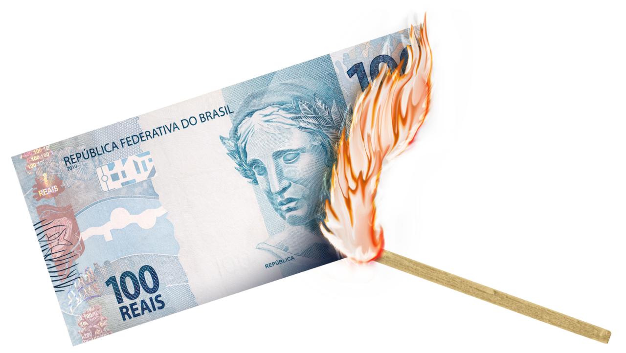 nota de R$ 100 queimando fogo dinheiro real