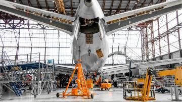 Avião hangar manutenção jato aviação