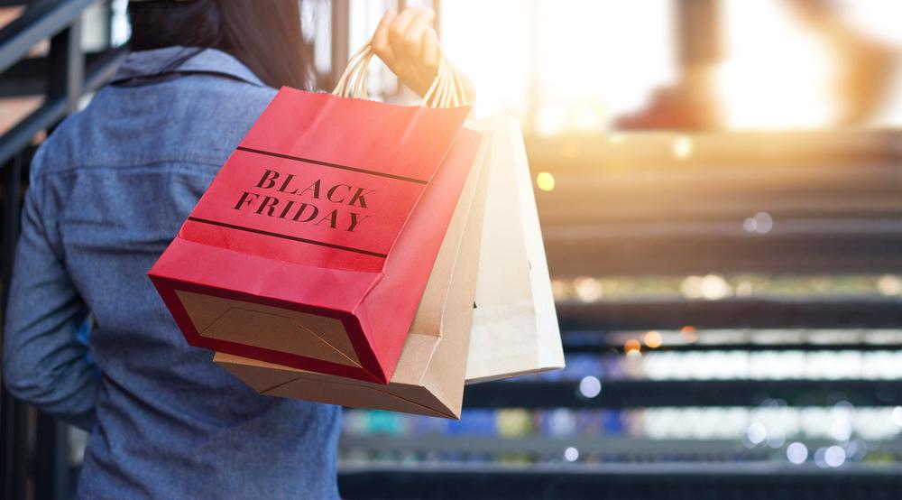 """Mulher segurando sacola vermelha escrito """"Black Friday"""""""