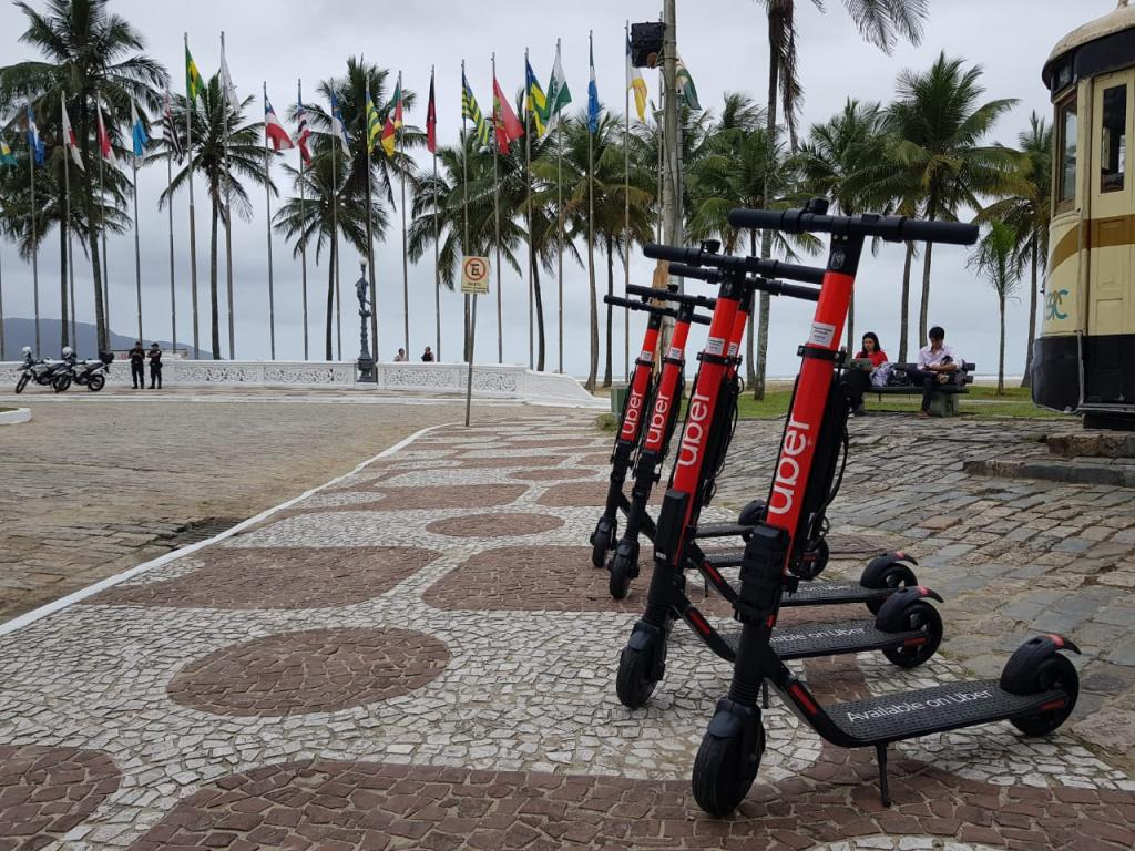 Fila de patinetes elétricos da Uber estacionados no calçadão da praia de Santos, no litoral paulista