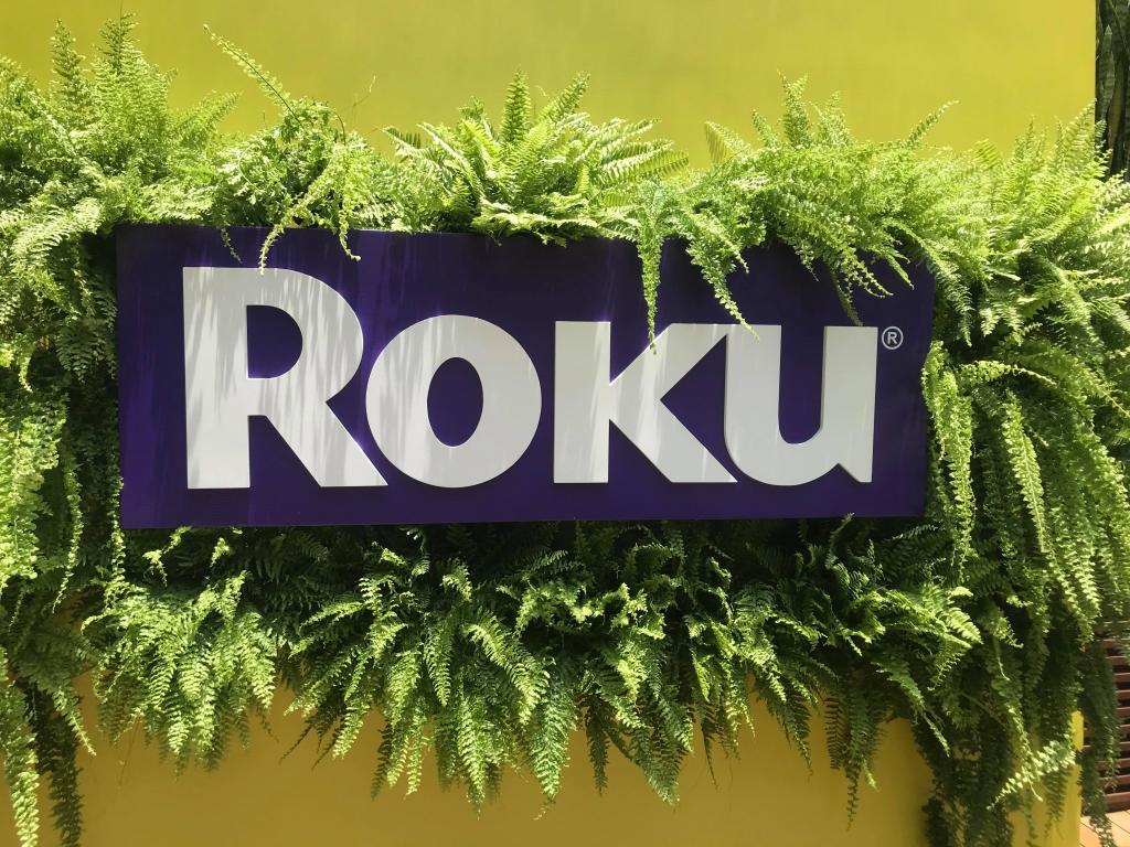 Roku chega ao Brasil com TVs da AOC; veja como funciona o agregador de streamings
