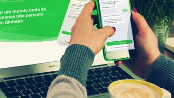 Celular com o aplicativo da Olivia em primeiro plano