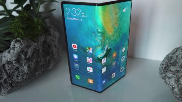 Celular Mate X da Huawei com a tela dobrada ao centro