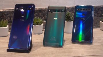 Três celulares da TCL sob mesa