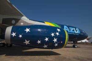 Avião da Azul com as cores da bandeira brasileira. Turbina possui as estrelas