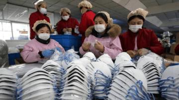 Chineses com máscaras de proteção; coronavírus