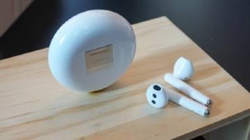 Fone de ouvido FreeBuds 3 da Huawei em cima de uma mesa