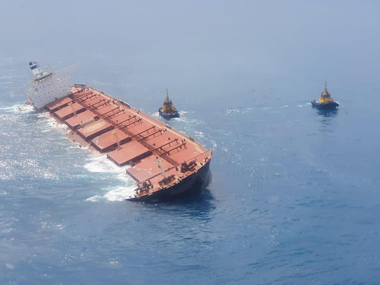 Navio que levava minério da Vale para China e encalhou é afundado na costa do MA thumbnail