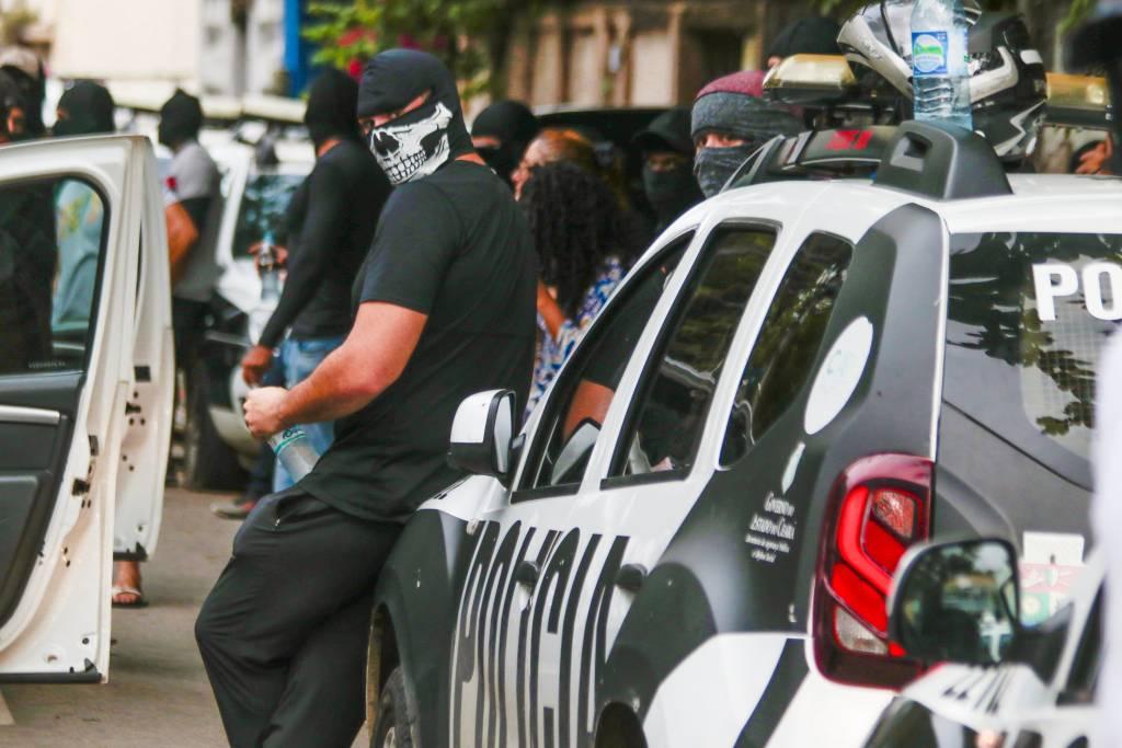 Policiais militares encapuzados e sem farda se reúnem em protesto na cidade de Fortaleza