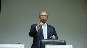 O ministro Paulo Guedes faz anúncio sobre medidas para conter impactos do coronavírus