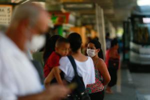Usuários do transporte público usam máscara de proteção no Terminal Parque Dom Pedro, na região central da capital paulista