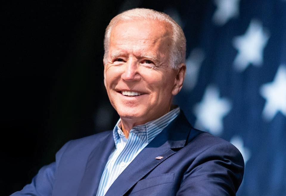 Joe Biden discursa em tribuna