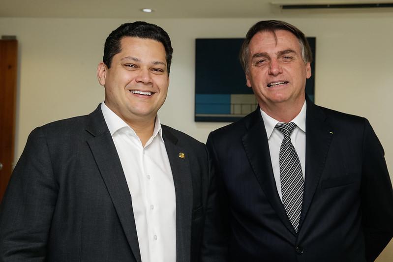 O presidente do Senado, Davi Alcolumbre, e o presidente Jair Bolsonaro posam para foto